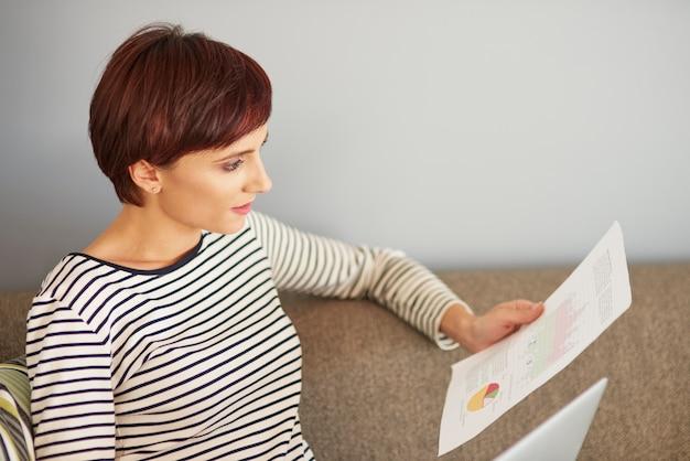 Vrouw die enkele belangrijke documenten analyseert