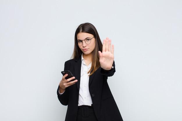 Vrouw die ernstig, streng, ontstemd en boos kijken die open palm tonen die eindegebaar maken