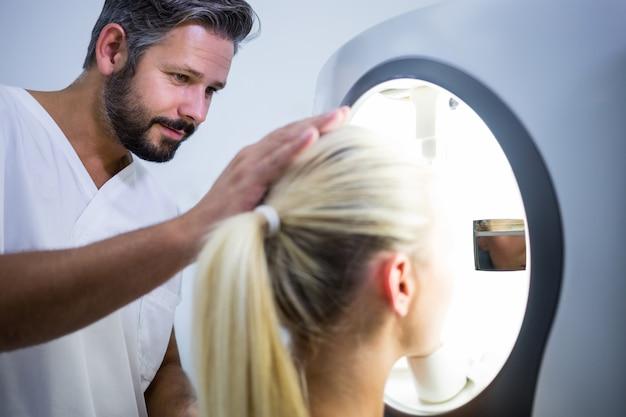 Vrouw die esthetische laserscan ontvangt