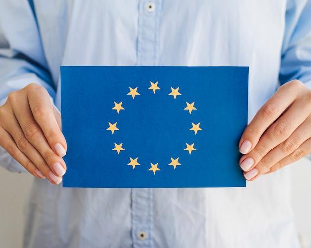 Vrouw die europese unie envelop houdt