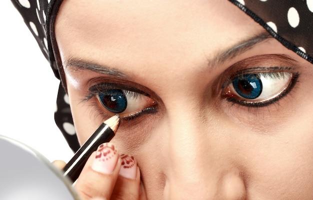 Vrouw die eyeliner toepast