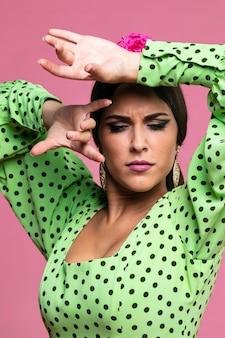 Vrouw die flamenco uitvoert die neer eruit ziet