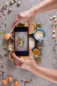 Vrouw die foto's maakt van dieetvoeding met smartphone
