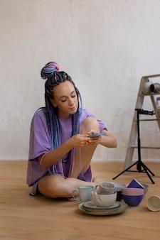 Vrouw die foto's maakt voor haar bedrijf