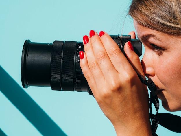 Vrouw die foto's met een fotocamera neemt