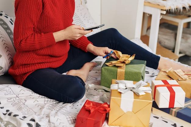 Vrouw die foto van ingepakte cadeautjes posten
