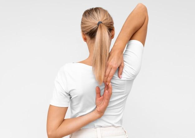 Vrouw die fysiotherapieoefeningen doet