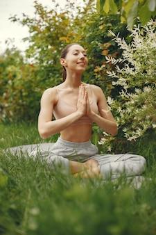 Vrouw die geavanceerde yoga in een park uitoefenen