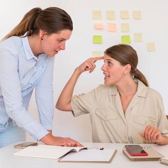 Vrouw die gebarentaal gebruikt om iets aan haar vriend over te brengen
