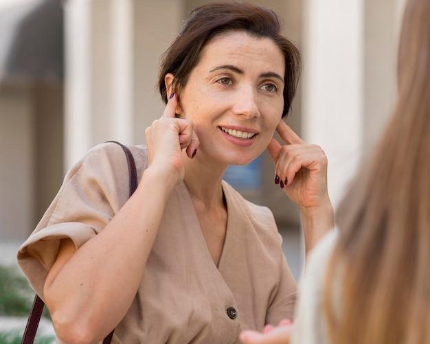 Vrouw die gebarentaal gebruikt om met iemand te communiceren