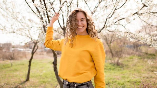 Vrouw die geel overhemd in het park draagt