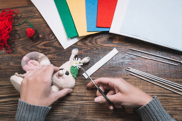 Vrouw die gehaakt handgemaakt amigurumi-speelgoed maakt