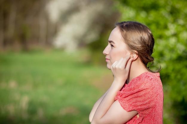 Vrouw die gehoorapparaat in oren zet