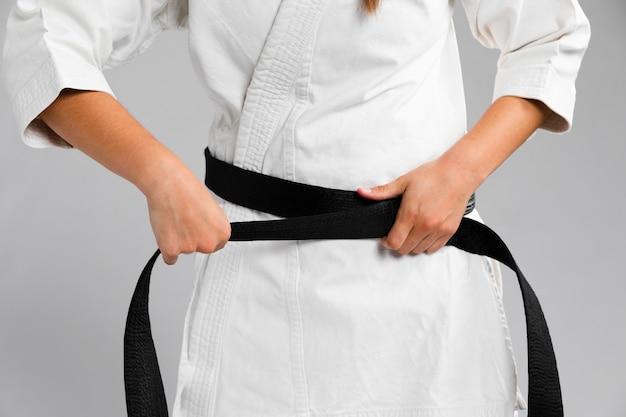 Vrouw die gekleed in eenvormig middelgroot schot wordt