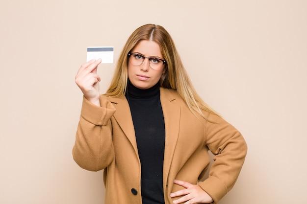Vrouw die geldgebaar maakt en u vertelt om uw schulden te betalen!