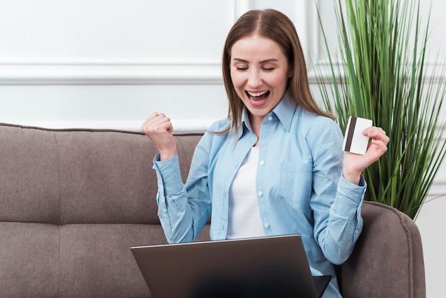 Vrouw die gelukkig is over online bestellen