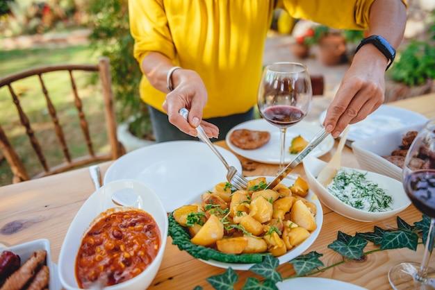 Vrouw die geroosterde aardappel dient