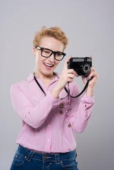 Vrouw die geweldige foto's maakt