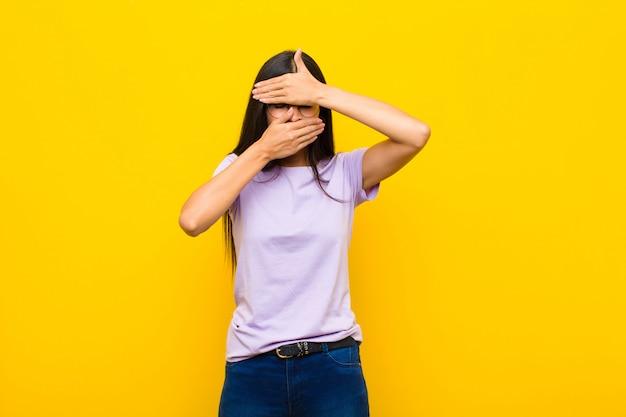 Vrouw die gezicht behandelt met beide handen