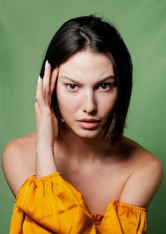 Vrouw die gezichten maakt terwijl het stellen