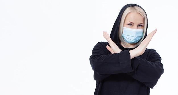 Vrouw die gezichtsmasker draagt. concept coronavirus, respiratoir virus. ondertekenen met handen stoppen