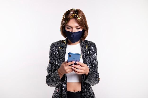 Vrouw die gezichtsmasker draagt dat een selfie neemt