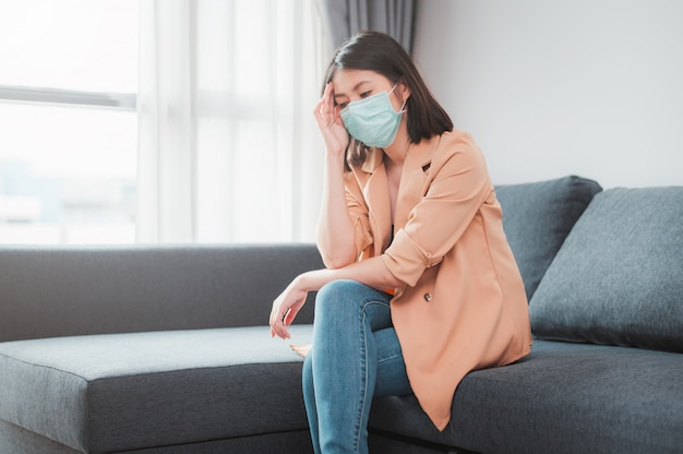 Vrouw die gezichtsmasker draagt dat ziek voelt