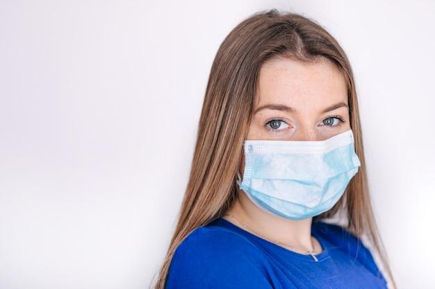 Vrouw die gezichtsmasker draagt voor gezondheid omdat luchtvervuiling pm 2.5 heeft. masker ter bescherming van virussen, bacteriën, pollenkorrels. gezondheidszorg concept.