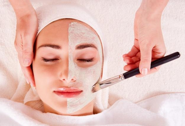 Vrouw die gezichtsmasker ontvangt bij schoonheidssalon