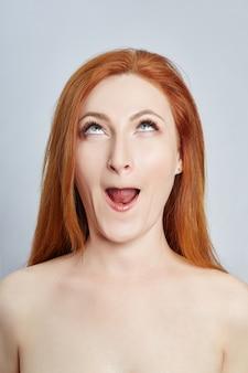 Vrouw die gezichtsmassage, gymnastiek, massagelijnen en plastic mondogen en neus doet. massagetechniek tegen rimpels en huidverjonging