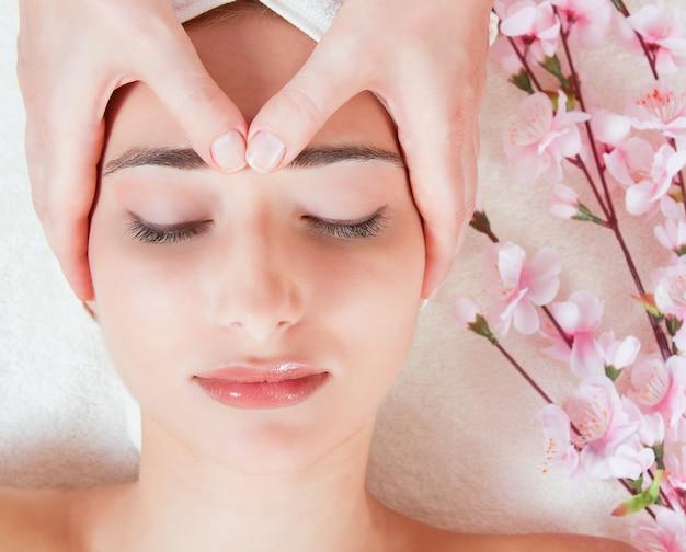 Vrouw die gezichtsmassage heeft bij salon