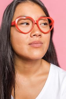 Vrouw die glazen draagt en weg kijkt
