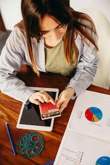 Vrouw die grafieken met machine analyseert