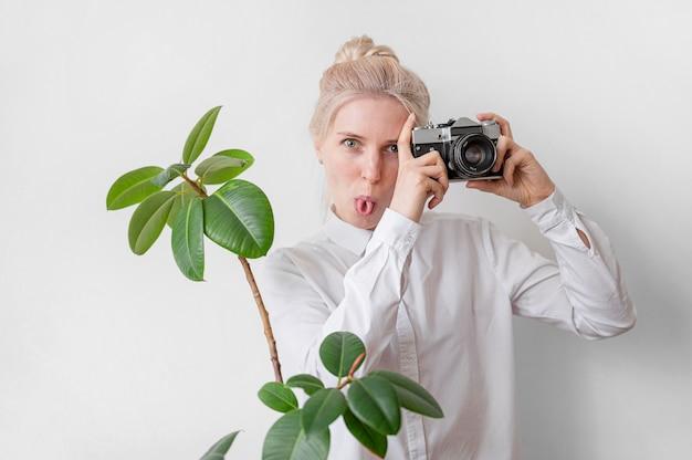 Vrouw die grappig de kunstconcept maken van de gezichtenfoto