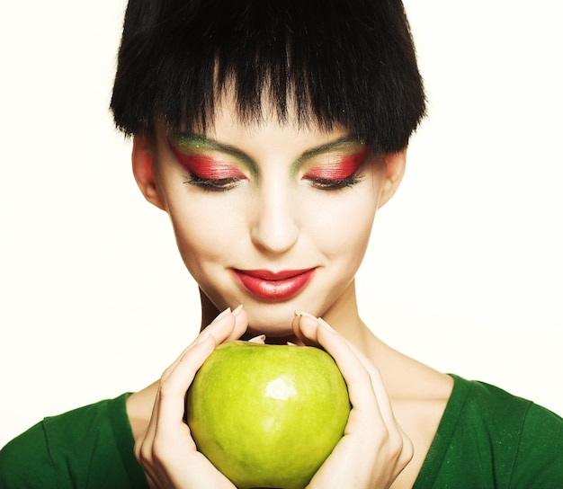 Vrouw die groene appel houdt