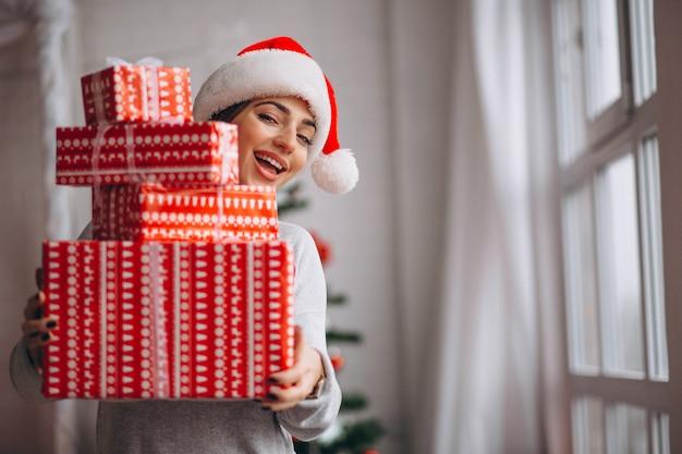 Vrouw die grote kerstmisdozen houdt