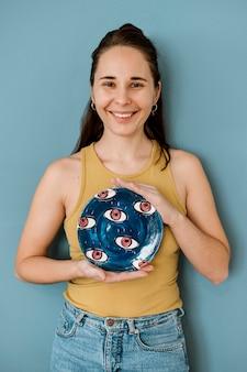 Vrouw die haar aardewerkcreaties houdt