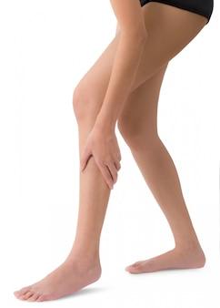 Vrouw die haar been houdt die die scheenbeen en kalf op pijngebieden masseert op wit worden geïsoleerd