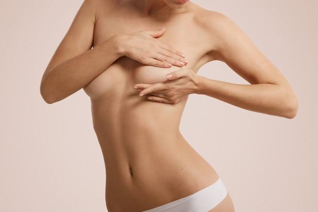 Vrouw die haar borst controleert op borstkanker