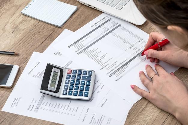 Vrouw die haar budget telt