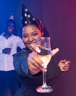 Vrouw die haar champagneglas toont