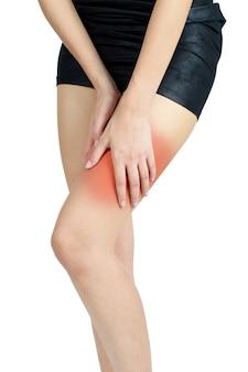 Vrouw die haar dij met rood hoogtepunt op pijngebied houden die op witte achtergrond wordt geïsoleerd.