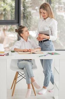 Vrouw die haar dochter helpt