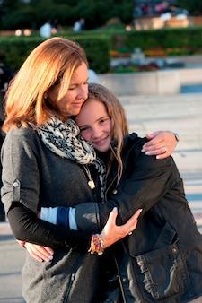 Vrouw die haar dochter, oslo, noorwegen koestert