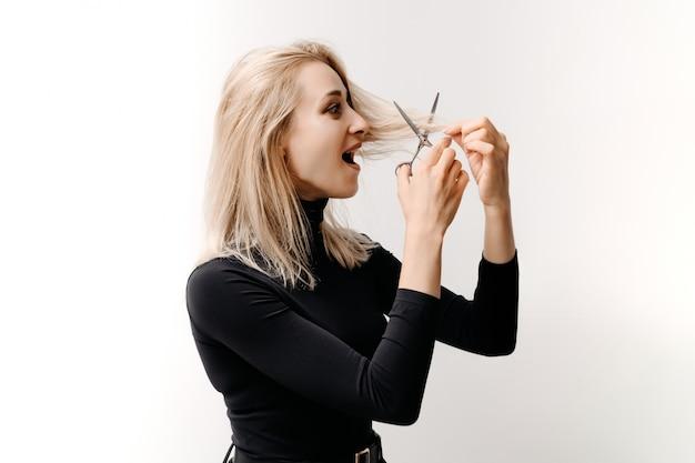 Vrouw die haar eigen haar afknipt