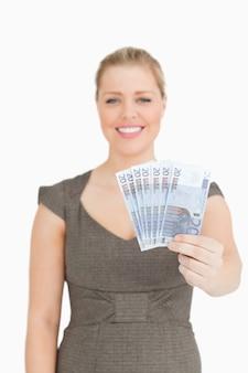 Vrouw die haar euro bankbiljetten toont