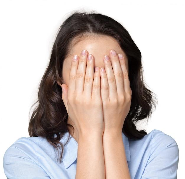 Vrouw die haar gezicht behandelt met beide handen