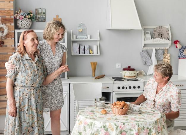 Vrouw die haar grote moeder thuis behandelt