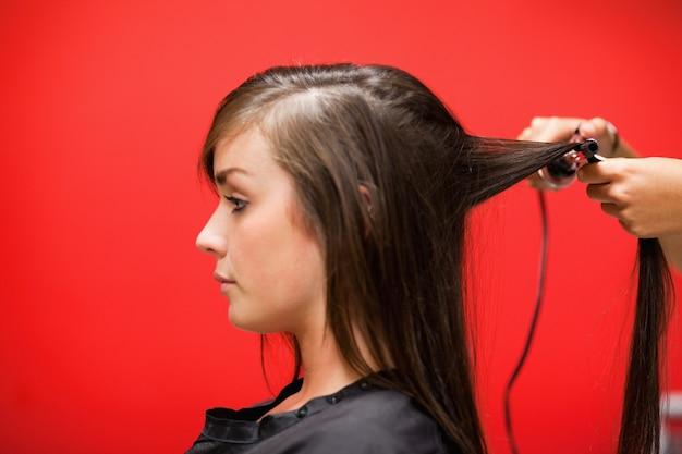 Vrouw die haar haar heeft rechtgemaakt
