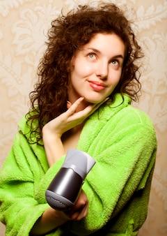 Vrouw die haar haar met haardroger droogt